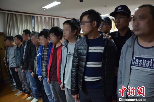 11日,河南省濮阳县人民法院公开开庭审理一宗跨省环境污染犯罪案件。该案犯罪嫌疑人达12名,该团伙前后共往该废弃工厂内倾倒废硫酸600余吨。图为12名被告受审现场。 王润刚 摄