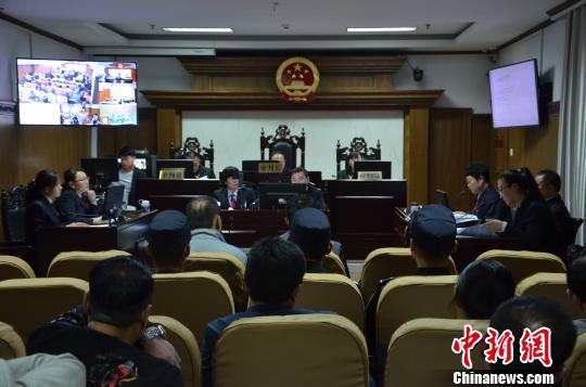 11日,河南省濮阳县人民法院公开开庭审理一宗跨省环境污染犯罪案件。该案犯罪嫌疑人达12名,该团伙前后共往该废弃工厂内倾倒废硫酸600余吨。图为庭审现场。 王润刚 摄
