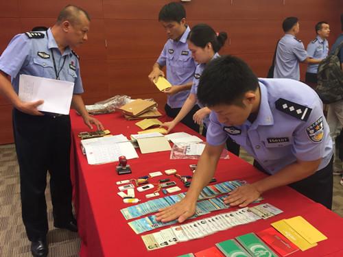 广东警方展示缴获的地下钱庄作案工具。(图:香港《大公报》/方俊明 摄)