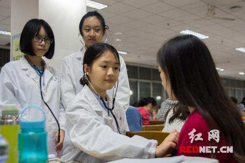 南华大学医学院临床专业学生为考研生送关爱|
