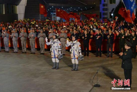 10月17日,神舟十一号航天员出征仪式在酒泉卫星发射中心举行。飞行乘组由航天员景海鹏和陈冬组成。宿东 摄