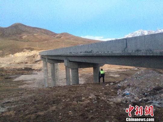 图为路政人员排查杂多县城周边的公路桥梁 曲扎江措 摄