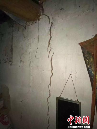 图为震中多加村房屋出现的裂缝 青公宣
