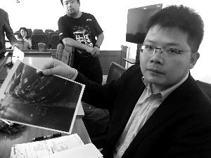 李老师的署理人出庭并出示依据。