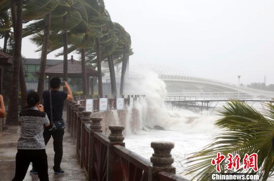 """台风""""莎莉嘉""""三亚掀大浪 民众冒险观浪被劝离"""