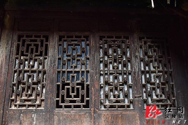木质房子里窗户的雕饰-河源市代办进口货物证明书