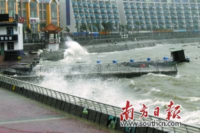 """台风""""海马""""登陆时,在深圳月亮湾双拥码头频频掀起巨浪.南方日报"""