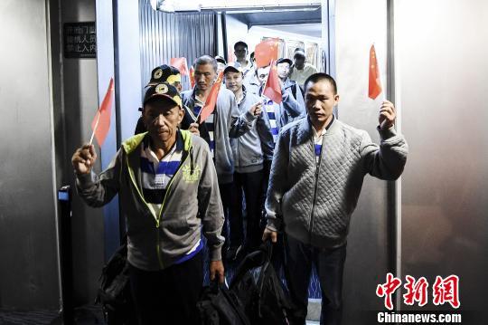 遭索马里海盗劫持的中国船员获救返抵广州。 陈骥旻 摄
