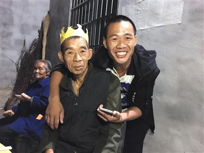 昨日是冷文兵父亲的生日,前一天到家的冷文兵赶上给父亲祝寿。新京报记者 刘子珩 摄