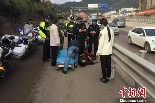 图为交警在现场救助受伤女子 钟欣 摄