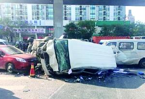 事故现场两辆车侧翻,损毁严重。网友供图