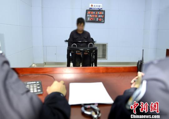 犯罪嫌疑人李某接受警方审讯。警方供图