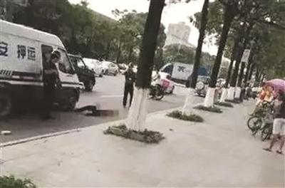 押运员枪击砸车男,引发广泛关注。