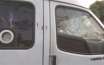 运钞车的玻璃被砸出裂纹。