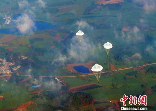 南海舰队某特战团举行高空伞降攻防演练(图)