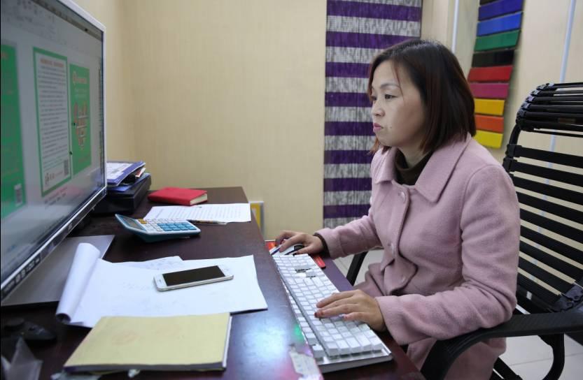 10月27日,洛阳,王娜娜的告白店内。王娜娜正在为客户描绘告白宣扬页。 新京报记者 尹亚飞 摄