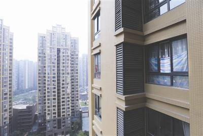 18楼一名住户称,邻居家的窗户疑似发生掉落,用床单来挡住窗户