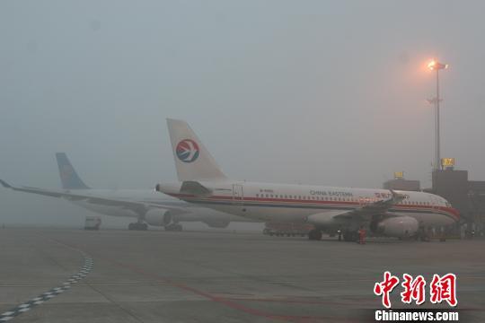 成都双流机场因大雾天气关闭 近万名旅客滞留