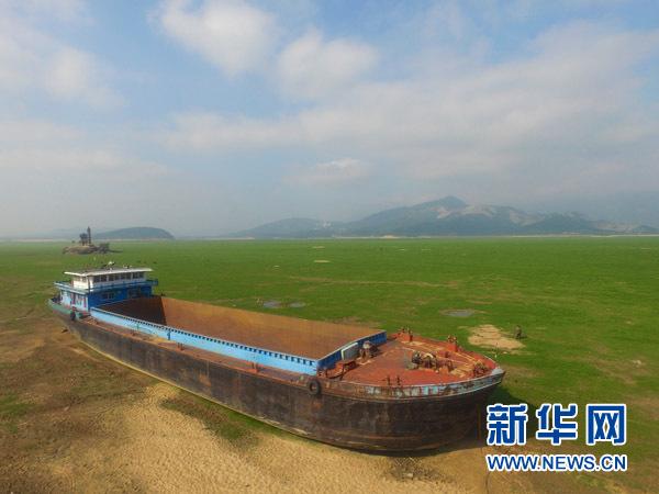 一艘大船搁浅在鄱阳湖庐山市区域(11月2日摄)。 新华社记者 胡晨欢摄