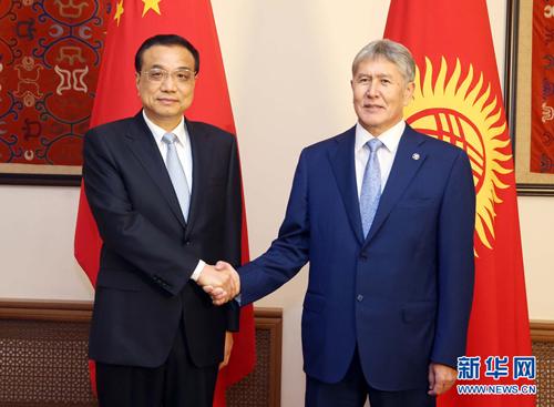 当地时间2016年11月2日晚,国务院总理李克强在比什凯克总统官邸会见吉尔吉斯斯坦总统阿坦巴耶夫。