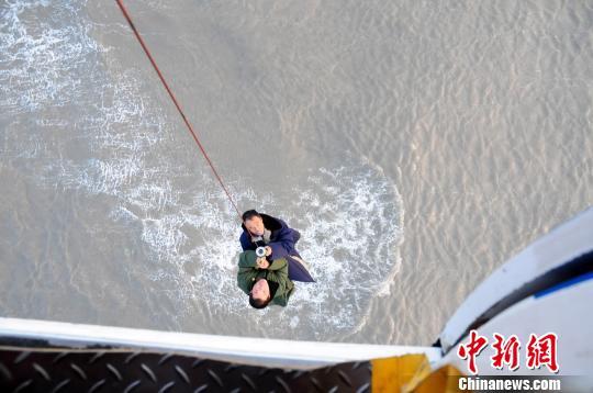 5日,北海救助飞行队派出专业救助直升机,克服气象复杂、海况恶劣等因素,先后救助15名遇险人员。 谈俊 摄