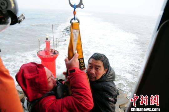 遇险人员被救上直升机。 谈俊 摄