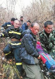 11名驴友组团登山2人滚下山崖 1死1伤(图)