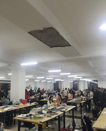 哈尔滨学院图书馆墙皮脱落 一名学生被砸中头部