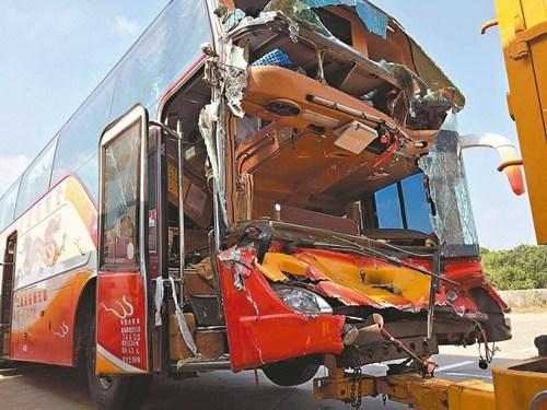 台游览车追撞前车致车头全毁 32人受伤送医(图) 新闻