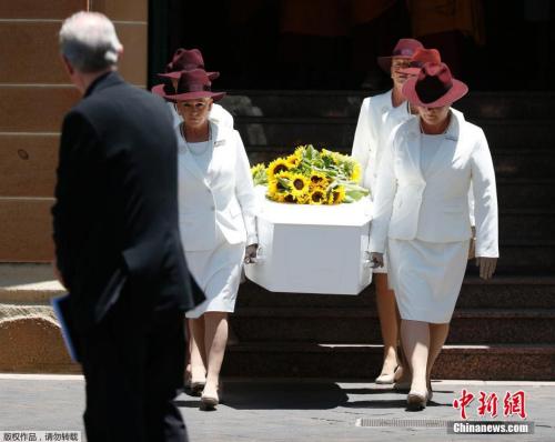 巴西女子举行生前葬礼 躺在棺材中听追悼词