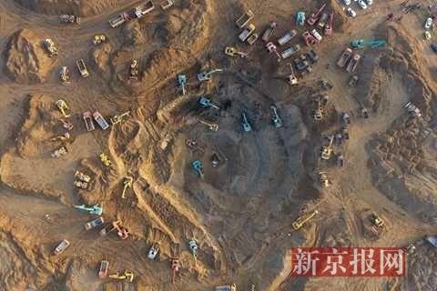 男童坠入40米深枯井 60台挖掘机45小时救援(图)