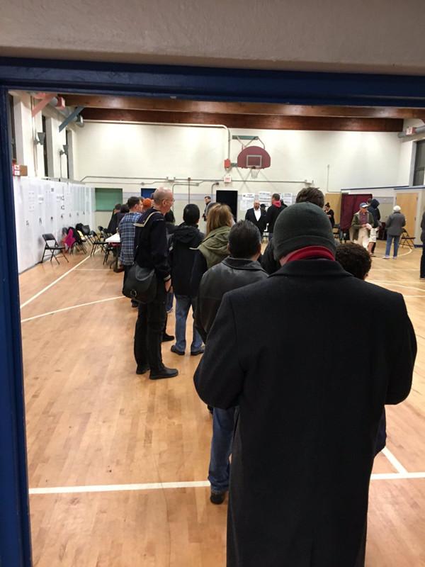 美大选首批投票站陆续开放 特朗普32:25领先