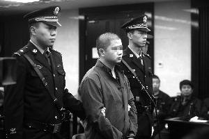 醉汉连撞9车撞死1人受审 自称喝酒断片儿不记事