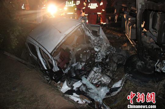 图为发生事故的小轿车车头损毁严重。 何雪明 摄