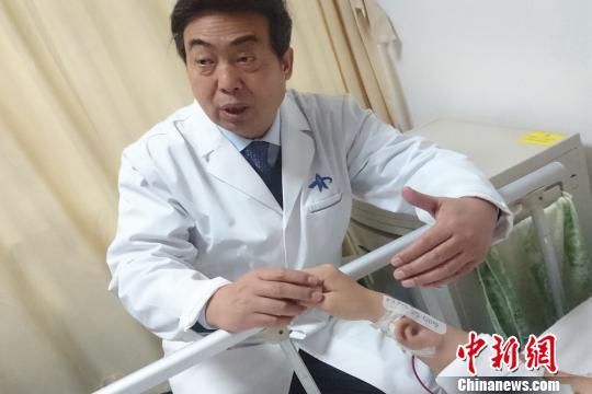 图为郭树忠传授引见手术状况。 燕武 摄
