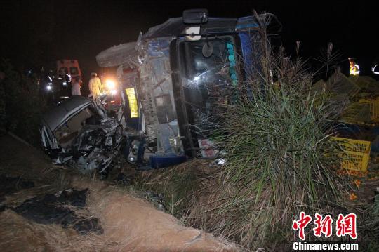 图为发生事故的货车侧翻在地。 何雪明 摄