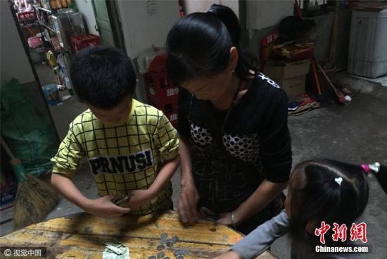 2016年10月5日,江西瑞金,因爸爸妈妈长年在外打工,8岁的刘明辉与6岁的妹妹随着爷爷奶奶在江西瑞金乡村故乡生计。薄高鹏 摄 图像来历:视觉国家