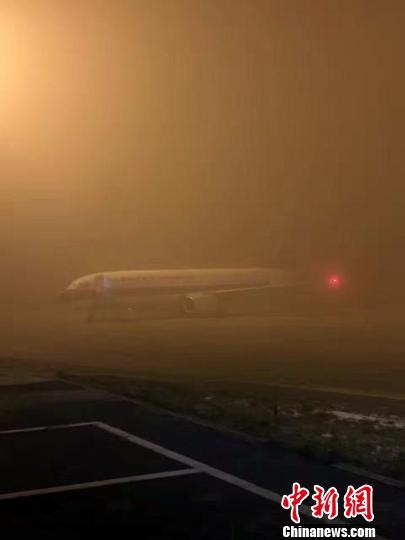 乌鲁木齐机场受大雾影响 多趟航班延误或取消