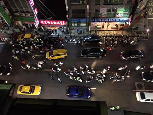 台湾街头发生百人打群架 警方制止反被打(图)