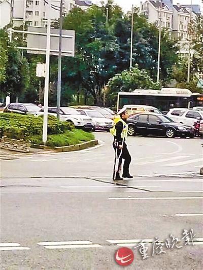 交巡警拄拐杖执勤变网红 称不晓得该说什么