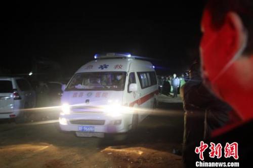 10日23时10分,经过连续108个小时的救援,河北蠡县落井儿童被成功挖出,经现场医疗专家鉴定确认死亡。 于俊亮 摄