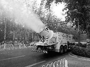 除霾神器雾炮车亮相北京街头 可吸附粉尘沉降