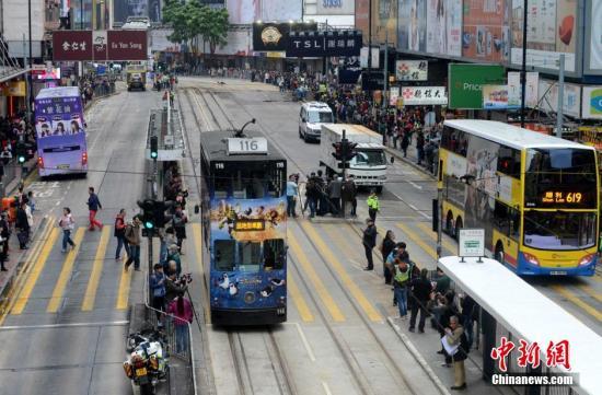 香港一辆出租车冲上人行道致5人受伤 新闻