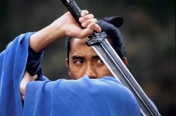一身蓝衣包裹的英雄残剑