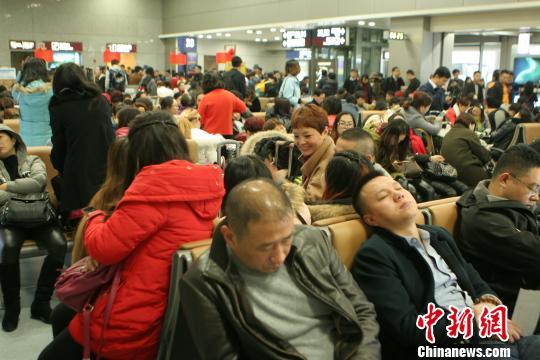 受大雾天气影响,大量旅客滞留机场。 吕俊明 摄