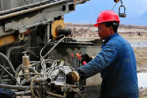 资料图片:川藏铁路拉萨到林芝段定测工作进入收尾阶段。图为中国中铁二院工程集团有限责任公司的工作人员在林芝县布久乡进行定测工作。(新华社)