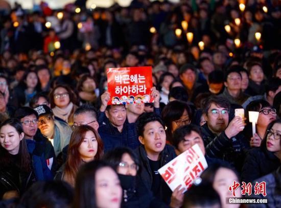 韩国民众示威与警方发生冲突 23人被捕