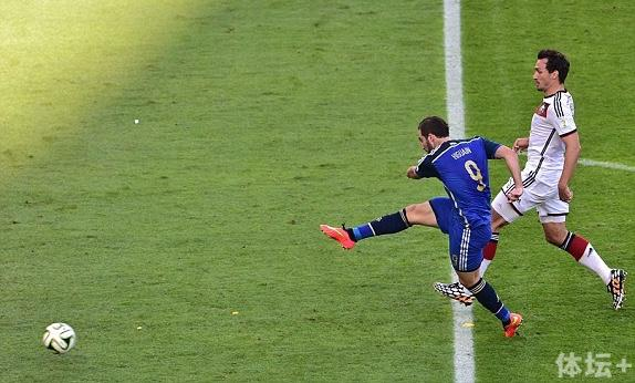 1986年世界杯决赛布鲁查加接马拉多纳助攻打入决胜球;28年后伊瓜因则将单刀射偏。
