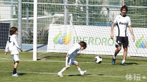 劳尔带着儿子们踢球