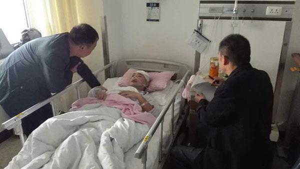 在北京住院时,同事去看望张攀,用纸笔交流。